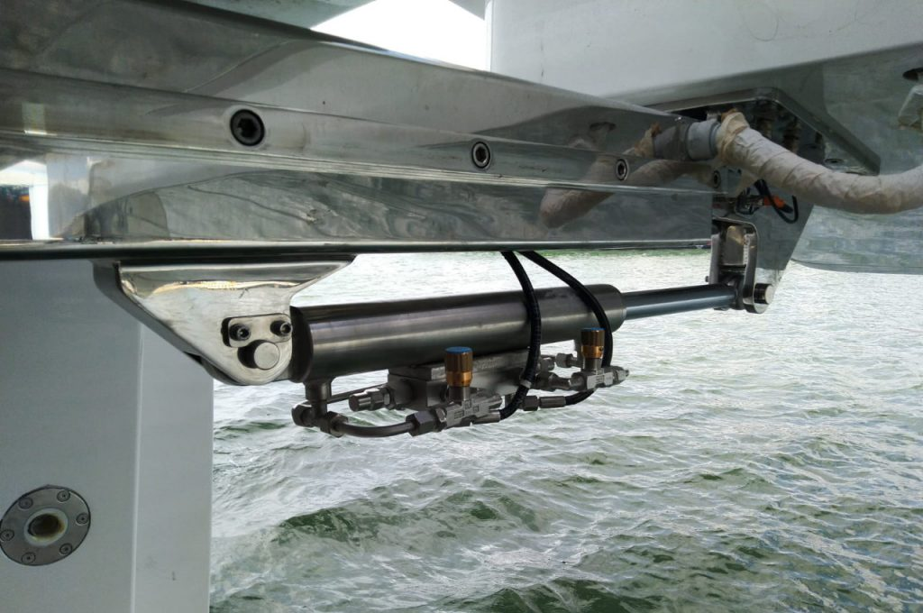 Cilindro movimentazione apertura portellone settore nautica